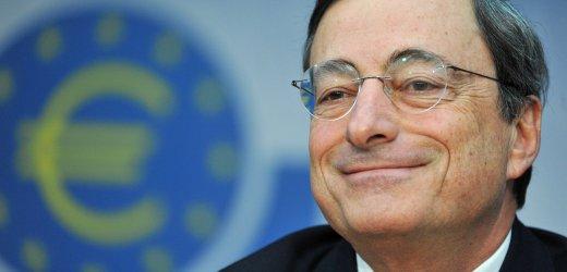 Der Italiener Mario Draghi, neuer Präsident der Europäischen Zentralbank (EZB), lächelt am Donnerstag (03.11.2011) während der EZB-Pressekonferenz in Frankfurt am Main. Der Rat der EZB hat bei seiner turnusmäßigen Sitzung überraschend den Leitzins auf 1,25 Prozent gesenkt. Mitten in der Schuldenkrise hat Draghi das Amt des obersten Währungshüters in der Euro-Zone übernommen. Foto: Arne Dedert dpa/lhe +++(c) dpa - Bildfunk+++